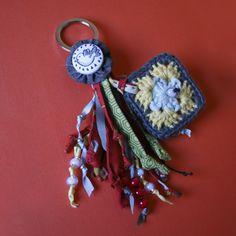 Llavero de crochet con botón de Miss Maloya... aquí el pajarito :D