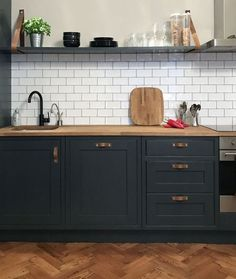 Very Kerry H Farrow and Ball Off Black kitchen units White Kitchen Cabinets Ball Black Farrow Kerry Kitchen kitcheninspo units Black Kitchen Cabinets, Kitchen Units, Black Kitchens, Home Kitchens, Kitchen Black, White Cabinets, Farmhouse Cabinets, Kitchen Cabinetry, Home Decor Kitchen