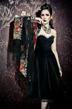 Fashion trend, the Russian wool scarf with black flowers with fringes. Buy your big scarf in Moda Vintage, Vintage Mode, Vintage Style, Mode Russe, Style Russe, Timeless Fashion, Vintage Fashion, Idda Van Munster, Moderne Outfits