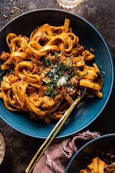 Hearty Roasted Cauliflower Bolognese...fresh pasta tossed with spicy cauliflower in a tomato pesto Bolognese that's creamy and so delicious! Tortellini, Penne, Linguine, Sin Gluten, Spicy Cauliflower, Cauliflower Recipes, White Sauce Pasta, Spaghetti, Tomato Pesto