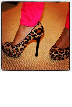 love these leopard heels with the neon pants.