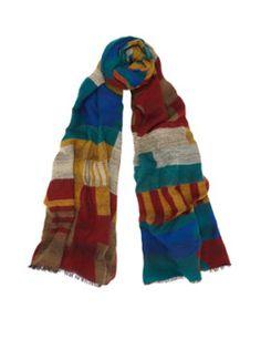 Lange sjaal van de Bijenkorf in een zachte gebreide kwaliteit. Dit model heeft een kleurrijk ingebreid motief en een rafelige afwerking.