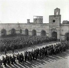 1939 Presoners republicans al pati interior del Castell de Montjuïc a Barcelona