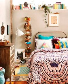 <p>Qual é a melhor forma de organizar livros? Já fizemos um post por aqui sobre estantes e prateleiras tradicionais, que são uma opção bonita e prática. O problema é que, se você tem um quarto pequeno, sabe quea tarefa não é tão fácil assim: as prateleiras, às vezes, não cabem. Uma estante? Nem pensar! Rola, […]</p>