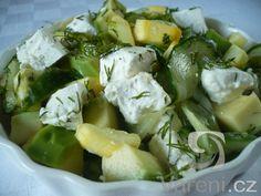 Salát z okurky, avokáda, kozího tvarohového sýru, ochucený čerstvým koprem. Kopr můžeme nahradit lístky koriandru nebo pažitkou.