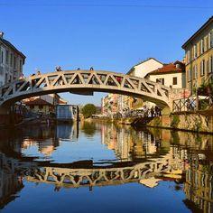 Reflexo quase perfeito nos canais de Milão (por @afluiza) #Blogville #inlombardy #ap #milan #milão #milano #instaitalia #igersitalia #ig_europe #ig_italy #travelblog #travelblogger #Italy #digitalnomad #digitalnomads by 360meridianos