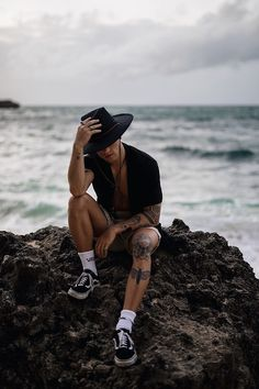 Meias Longas Masculinas tendencias masculinas primavera verão 2019 Boy Tattoos, Tattoos For Guys, Tattos, Teen Boy Fashion, Mens Fashion, Long Socks Outfit, Tattoo Bein, Masculine Style, Vans Sneakers