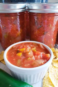 chunky and easy homemade canned salsa ready to eat Fresh Salsa Recipe, Tomato Salsa Recipe, Fresh Tomato Recipes, Fresh Tomato Salsa, Homemade Canned Salsa, Homemade Chunky Salsa, Salsa Canning Recipes, Canning Salsa, Eat