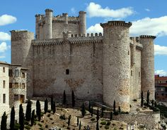 The Torija Castle is a fortress medieval located in the municipality Spanish of Torija in the province Castilian-Manchego of Guadalajara . Chateau Medieval, Medieval Castle, Castle Ruins, Castle House, Cheap Caribbean Islands, Beautiful Castles, Beautiful Buildings, Palaces, Cathedral Church