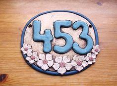 Keramické domovní číslo laděno do modrých odstínů, dozdobeno květy rybízu Pottery Houses, House Signs, Sugar, Cookies, Desserts, Crafts, Food, Frames, Crack Crackers