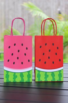 DIY Watermelon Party Theme Favor Bags and Banners Baby Shower Watermelon, Watermelon Bag, Watermelon Birthday Parties, 1st Birthday Party For Girls, Fruit Birthday, Birthday Bag, Girl Birthday Themes, Fruit Party, Watermelon Crafts