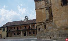 Plaza Mayor de Torrelaguna con el pósito (ahora Ayuntamiento) de época del Cardenal Cisneros