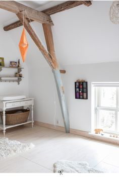 On the floor the simple material underlayment: a nice, light and inexpensive solution for so many square meters. Interior Architecture, Interior And Exterior, Interior Design, Upstairs Bedroom, Vintage Nursery, Minimalist Furniture, Loft Style, Diy On A Budget, Home Renovation