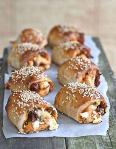 przepis pizza bułeczki Bakery Kitchen, Dinner Rolls, Party Snacks, Food Design, Pain, I Foods, Italian Recipes, Food And Drink, Bread