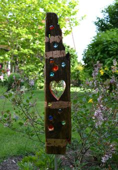 * This colorful driftwood stele brings color and life to your garden. - * This colorful driftwood stele brings color and life to your garden. Meet … * This colorful driftwood stele brings color and life to your garden. Garden Crafts, Garden Projects, Garden Art, Outdoor Art, Outdoor Lighting, Diy Jardin, L'art Du Vitrail, Wood Yard Art, Driftwood Crafts
