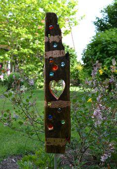 *Diese kunterbunte Treibholzstele bringt Farbe und Leben in Ihren Garten. Trifft Licht oder Sonne auf die Steine, leuchten und funkeln die Glasnuggets wie kleine Edelsteine. Besonders in der...