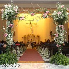 Sorprende a tus invitados recibiéndolos con este bello arreglo a la entrada. #ebodas #flowers #wedding