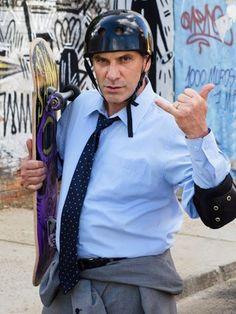Silvio tenta impressionar Miguel com Skate (Foto: TV Globo/Fábio Rebelo) | #DoceDeMae | TV Globo