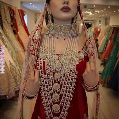 NOOR JEHAN Bridal set on this stunning beauty for the amazing Live Makeup Makeover Session. Beautifully captured by the very talented Gorgeous outfit ❤️ Antique Jewellery Designs, Fancy Jewellery, Stylish Jewelry, Indian Bridal Jewelry Sets, Bridal Jewellery, Bridal Accessories, Hyderabadi Jewelry, Pakistani Jewelry, Pakistani Bridal