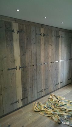 Scaffolding wooden wardrobe rnrnSource by tenaej Pallet Wardrobe, Wooden Wardrobe, Wardrobe Doors, Bedroom Wardrobe, Built In Wardrobe, Custom Wood Doors, Sea Container Homes, Built In Cupboards, Rustic Home Design