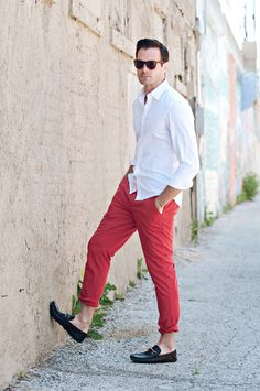 ceciliaaustin: Andrei (Ford) Styling by Michelle Tan Photography by Cecilia Austin White Outfit Casual, Red And White Outfits, Chinos Men Outfit, Shirt Outfit, Red Pants Men, Men's Pants, Red Chinos, Men Dress Up, Oxford White