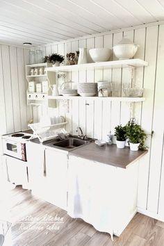 RUUTUOVEN TAKAA : Mökkikeittiö Summer House Interiors, Cottage Interiors, Cottage Kitchens, Home Kitchens, Cozinha Shabby Chic, Concrete Kitchen, Living Room White, Buying A New Home, Summer Kitchen