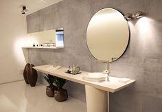 Este lavabo com conceito minimalista tem é composto por cores claras e elementos visuais na medida proporcionando leveza e bem estar. O porcelanato Avant Garden inspirado no cimento  cobre toda a parede do espaço. O projeto é da arquiteta Mariana Sabino. #ulishop #arquitetura #arquiteto #instaarch #decor #decoração #design #casa #revestimento #home #homeideas #designinteriores #porcelanato #banheiro #lavabo #minimalista Sweet Home, Mirror, Design, Furniture, Outlet, Home Decor, Iris, Bathrooms, Image