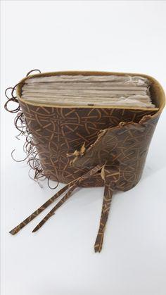 Vrije uitvoering van omslagband met directe strengeling. Nestels van paper yarn en niet weggewerkt. Leer met print. Gemaakt door Atelier Velijn Leonie Vollenberg