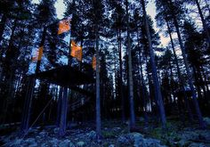 Mirror Tree House (Sweden) Almost invisible and perfect for hiding, the Mirror House is part of the Tree Hotel project in the North of Sweden. Building A Treehouse, Building A House, Modern Tree House, Patio Central, Sweden House, Cool Tree Houses, Cozy Backyard, Tree House Designs, Mirror House