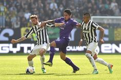 Claudio Marchisio (L) of Juventus competes with Juan Manuel Vargas (C) of ACF Fiorentina during the Serie A match between Juventus and ACF F...