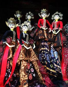 Javanese puppets, given to the Melendys by Mrs Oliphant. Check out Gable's review of Elizabeth Enright's Spiderweb For Two: A Melendy Maze here: http://chaptersandscenes.wordpress.com/2014/08/20/gable-reviews-spiderweb-for-two-a-melendy-maze/