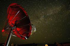 Distante 1,5 mil anos-luz da Terra, comportamento da KIC 8462852 tem deixado astrônomos atônitos – radiotelescópios na Califórnia começaram a busca por respostas
