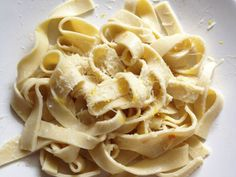 Homemade gluten-free pasta Made with brown rice flour, tapioca starch, and xanthan gum, Don't omit that extra egg, it makes a big difference. Foods With Gluten, Gluten Free Recipes, Healthy Recipes, Gluten Free Homemade Pasta, Pasta Recipes, Cooking Recipes, Soup Recipes, Gluten Free Noodles, Brown Rice Flour