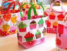 Tiny Totes, free pattern Very cute and easy to make to use as gift bags or party favor bags Fabric Crafts, Sewing Crafts, Sewing Projects, Diy Crafts, Sewing Hacks, Sewing Tutorials, Doll Patterns, Sewing Patterns, Creation Couture