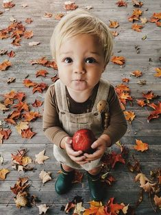 Na obrázku může být: one or more people a shoes - Kinder Mode Cute Baby Boy, Baby Kind, Baby Girls, Little People, Little Ones, Little Babies, Cute Babies, Cute Little Boys, Cute Baby Pictures