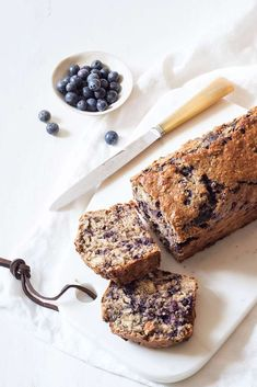 Brunch Recipes 82782 Bread cake with oat bran, almond milk and blueberries © Emilie Laraison Vegan Dessert Recipes, Raw Food Recipes, Brunch Recipes, Raw Cake, Vegan Cake, Healthy Food Alternatives, Muffin Tin Recipes, Healthy Brunch, Almond Milk