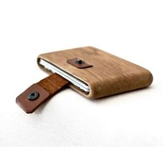whayd-1Handmade, using 1 piece of premium oak wood.Ideal to use for credit cards, money, id and business cards.(up to 10 credit cards)It has a leather strip with snap fasteners to hold the cards, and cards goes out when you pull the strip.