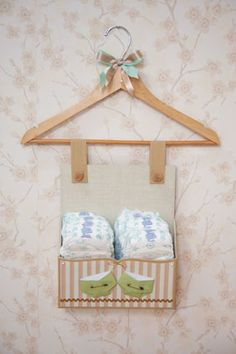 Peças feitas no curso Scrap festa maternidade com Helvio Mendonça Valentine Crafts For Kids, Baby Crafts, Picture Frame Hangers, Hanger Crafts, Diy Storage Boxes, Baby Shawer, Happy House, Make Design, Baby Room Decor