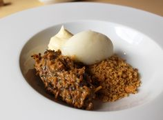 Cocada preta servida com as raspas caramelizadas do fundo do tacho, farofa de coco, mousse de coco com cachaça e sorbet de dois limões