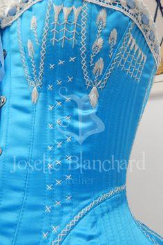 Ref.: CRM. 1876 01: Corset Midbust Vitoriano ( réplica), em cetim bucol azul, com busk, detalhe de renda com passa-fita no decote e flossing.   Site: http://www.josetteblanchardcorsets.com/ Facebook: https://www.facebook.com/JosetteBlanchardCorsets/ Email: josetteblanchardcorsets@gmail.com josetteblanchardcorsets@hotmail.com