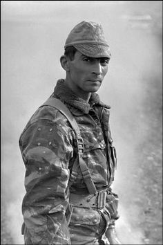 ALGERIA. December 1960. - French paratroooper. - Black-and-white, Camouflage, Face, Hat, Human being, Man (all ages), Parachutist (army), Uniform