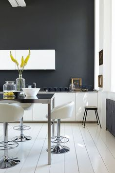 Gorgeous grey kitchen design with small kitchen bar and white glossy bar stools also white kitchen cabinet and white painted wooden floor. Kitchen Inspirations, Grey Kitchen Colors, Perfect Grey Paint, Grey Kitchen Designs, Grey Kitchens, Black Lamps, Interior, Black Kitchens, Kitchen Remodel