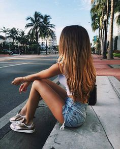 Image discovered by ♕ sᴀғ ♕. Find images and videos about girl, pretty and hair on We Heart It - the app to get lost in what you love. Poses Photo, Poses For Photos, Picture Poses, Teen Poses, Shotting Photo, Foto Casual, Instagram Pose, Disney Instagram, Insta Photo Ideas