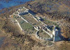 Ruinas del antiguo Templo dedicado a Hércules-Melkart en la Isla de Sancti Petri, antiguamente del León. Fundación fenicia muy antigua, reaprovechada posteriormente como Castillo de San Sebastián. Se han encontrado numerosos hallazgos fenicios y púnicos en la zona.