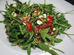 Rucolasalat mit getrockneten Tomaten, Feta-Käse und Pinienkernen, ein sehr schönes Rezept aus der Kategorie Snacks und kleine Gerichte. Bewertungen: 4. Durchschnitt: Ø 3,7.