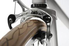 Der Racer ist eine Hommage an die Pioniere des Radsports. Die früher typische Rennlenkerform mit dem eleganten Schwung, die aussergewöhnliche Zweigangschaltung für damalige Bergetappen, der aus gegerbtem Rindsleder gefertigte Sattel und das dazugehörige Lenkerband, die cremfarbene Bereifung und der elegant schlanke Rahmenbau, all das erinnert an die edlen Designklassiker der ersten Tour de France. Der [...]