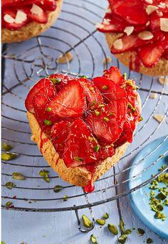 Erdbeertörtchen auf Biskuitboden, ein schönes Rezept mit Bild aus der Kategorie Kuchen. 12 Bewertungen: Ø 4,2. Tags: Backen, Dessert, Frühling, Kuchen, Sommer