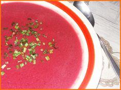 Supa crema de sfecla rosie se prepara rapid si este foarte gustoasa. Si sanatoasa. Si o idee perfecta daca nu stiti ce se mai poate gati cu sfecla rosie.