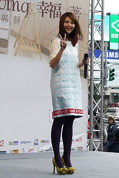 2013 Claire Kuo signature meeting.jpg 郭 静(クオ・ジン、英: Claire Kuo、クレア・クオ)は台湾の女性歌手。福茂唱片(Linfair Records)所属。 台湾世新大学卒業。 香港人の父と台湾人の母を持つ。出生:1980年8月5日(34歳) 出身地:香港   職業:歌手 第1回チアリーディング アジアインターナショナルオープンチャンピオンシップ(2007年4月21日、22日、72チーム(うち海外6チーム)、東京の国立代々木競技場 第2体育館)に台湾代表チームMONSTER(怪獸隊、男女混成16名)の一員として参加し、当該大会で海外部門の1位となる。