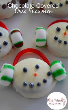 Chocolate Covered Oreo Cookie Snowmen Treats for a Winter Fun Snack - Great for Christmas parties, and  hot chocolate bars. fun for kdis - http://www.kidfriendlythingstodo.com
